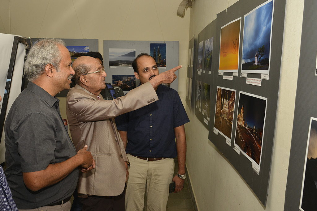 Sri Bhagavan discussing pictures by Murali Santhanam