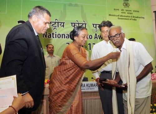famous_wildlife_photographer_t-n-a-_perumal_was_presented_the_lifetime_achievement_awards_by_lok_sabha_speaker_meira_kumar_national_photo_awards_2013-12-31_11-50