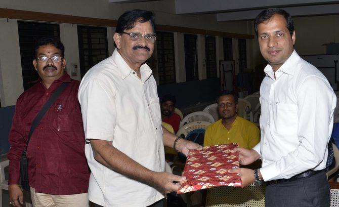 Shri Rajaram presenting a memento to Shri. Anupam Agarwal