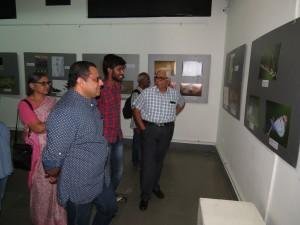 MN Jayakuar appreciating Rakesh's picture as Diinesh Kumble and Asha Jayakumar look on