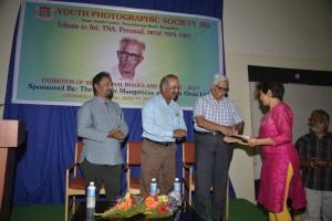 Monochrome CM - Shankar Subramanian's wife Usha accepting the award