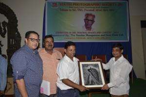 Vijay Kumar Pattakkall presenting TA Jayakumar's picture to him as Diinesh Kumble and KMB Prasad watch